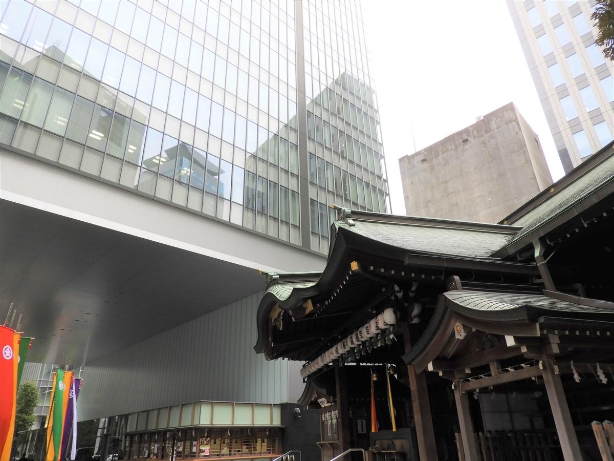 権現造りの社殿と超高層ビルが一体化した光景