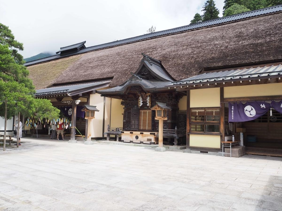 茅葺屋根の社殿