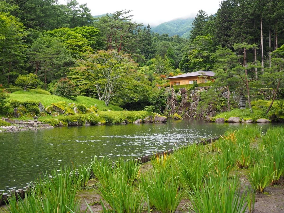 峯の池の右上に見える峯の茶屋