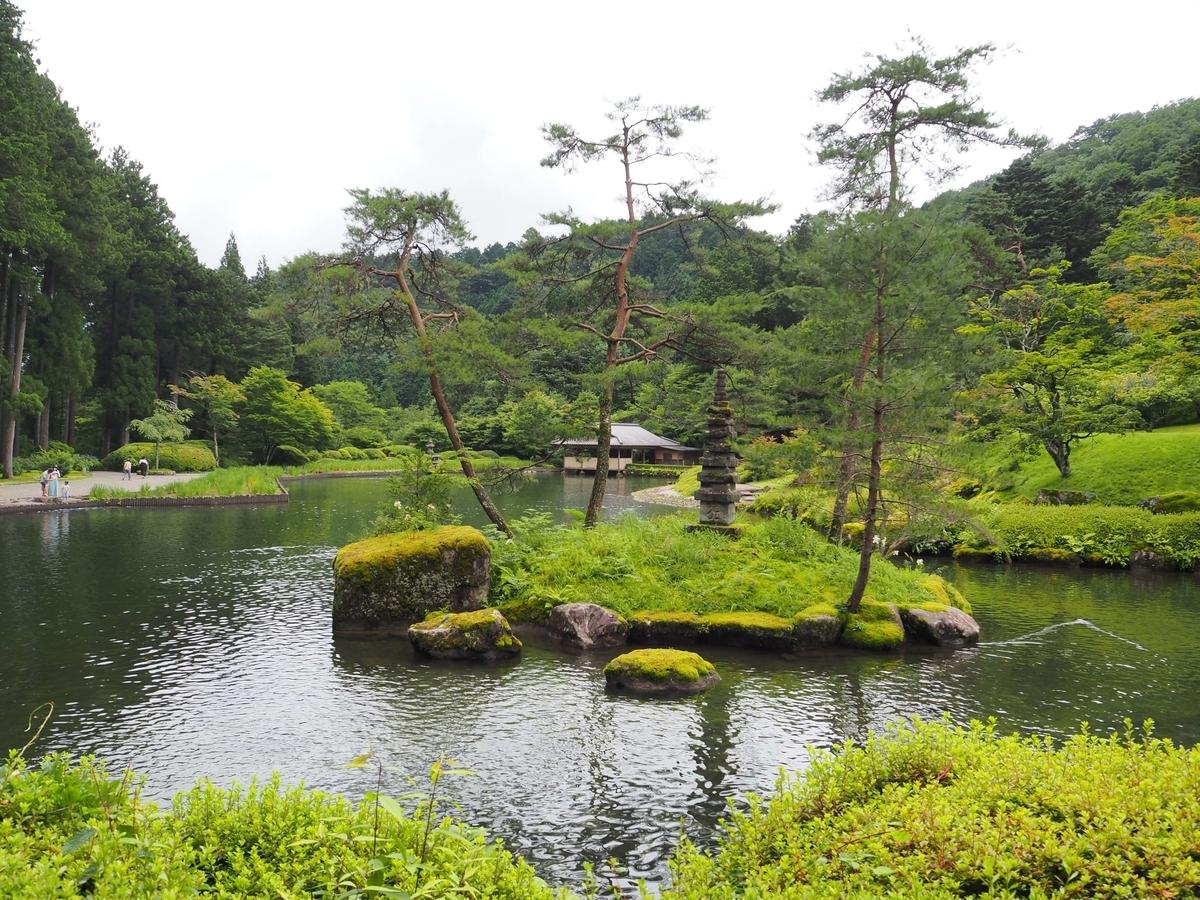 池の奥に見える静峯亭