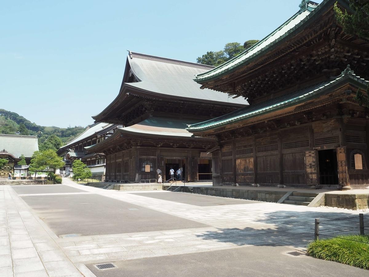 総門・山門・仏殿・法堂・方丈といった伽藍が一直線に並ぶ禅宗様式