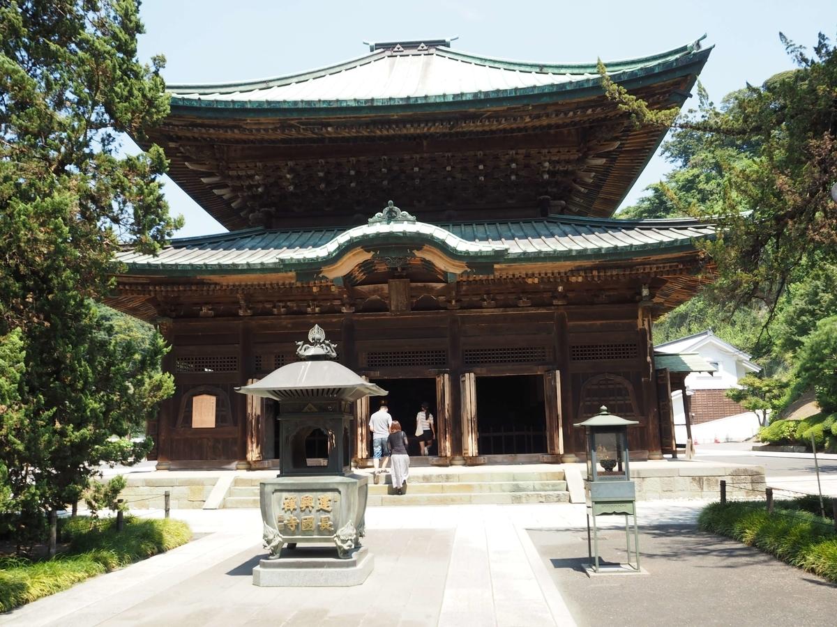 木々の奥にある仏殿