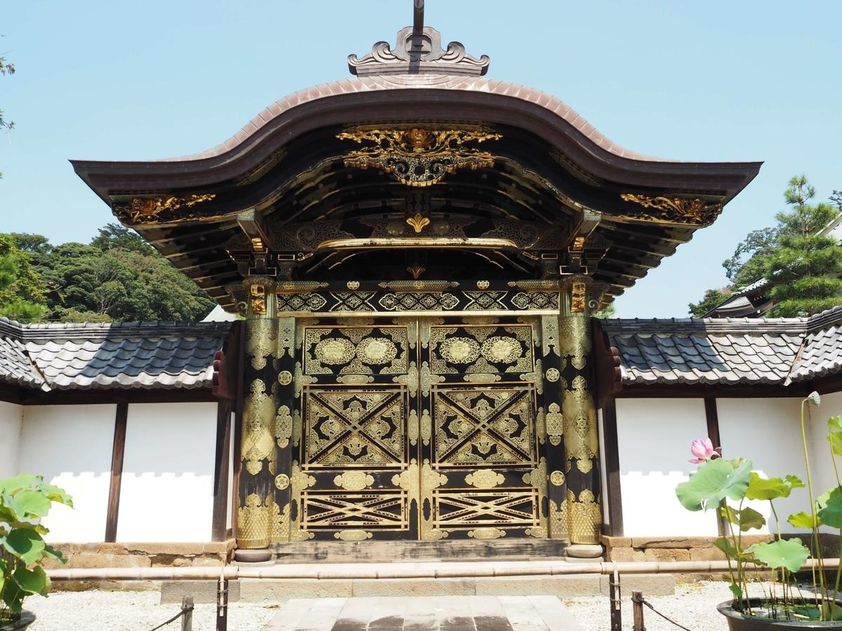 増上寺から移築してきた建長寺の唐門