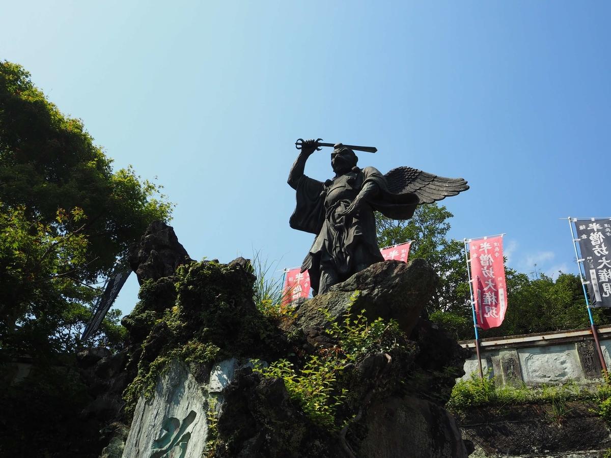 石段脇の天狗の像