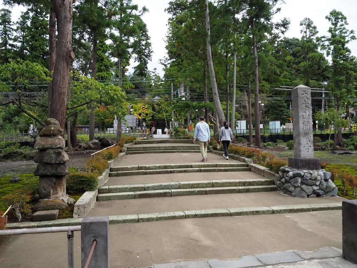 北鎌倉駅を出た横須賀線の線路が円覚寺の境内を横切っている様子
