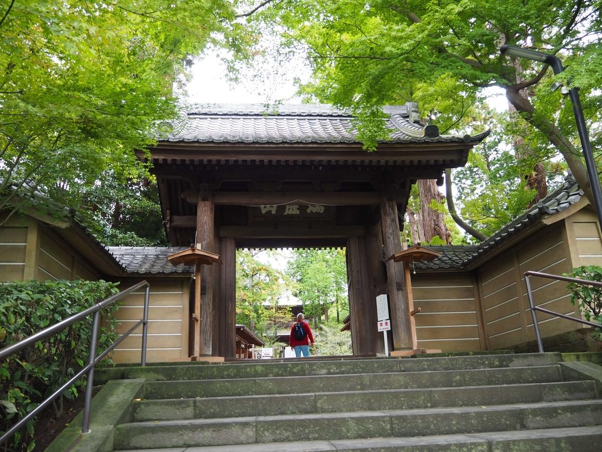 瑞鹿山と書かれた額が掲げられた円覚寺の山門