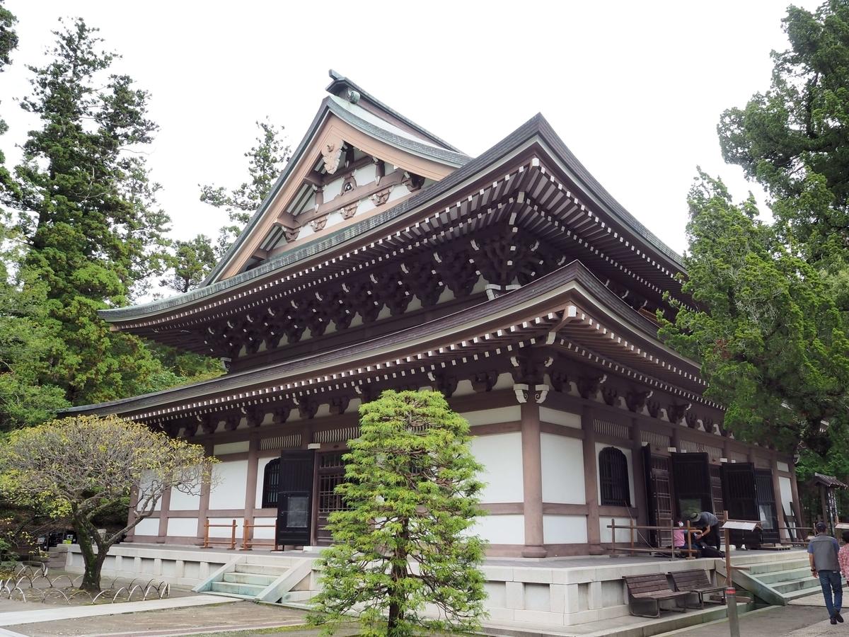 関東大震災で倒壊して昭和39年に再建された仏殿を斜め前から撮った写真