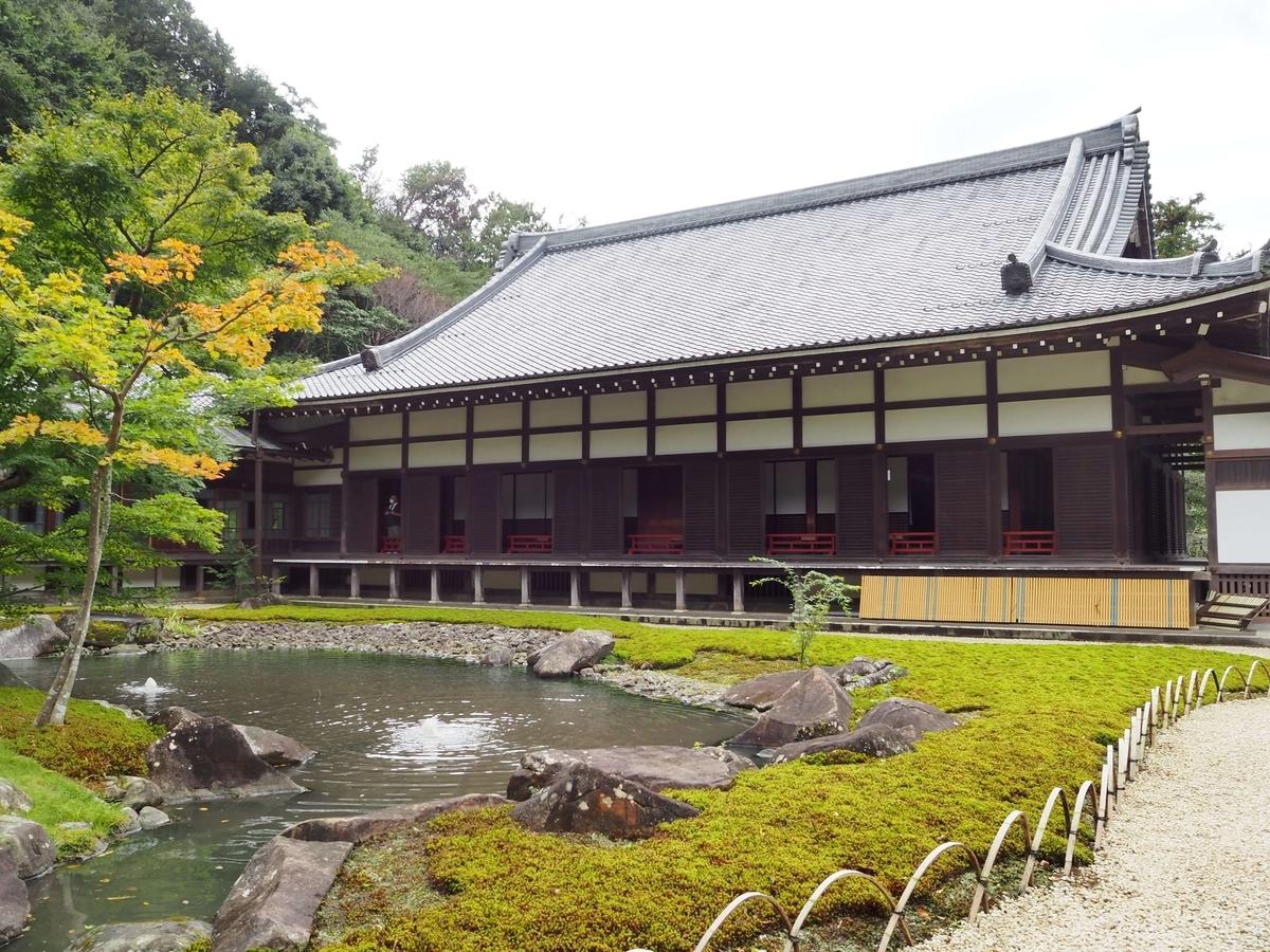 庭園越しに見た円覚寺の方丈の全容