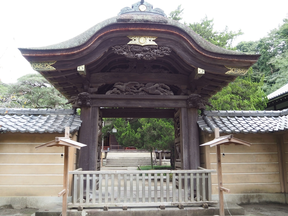屋根の形が弓を横にしたような「唐破風」という様式の方丈唐門