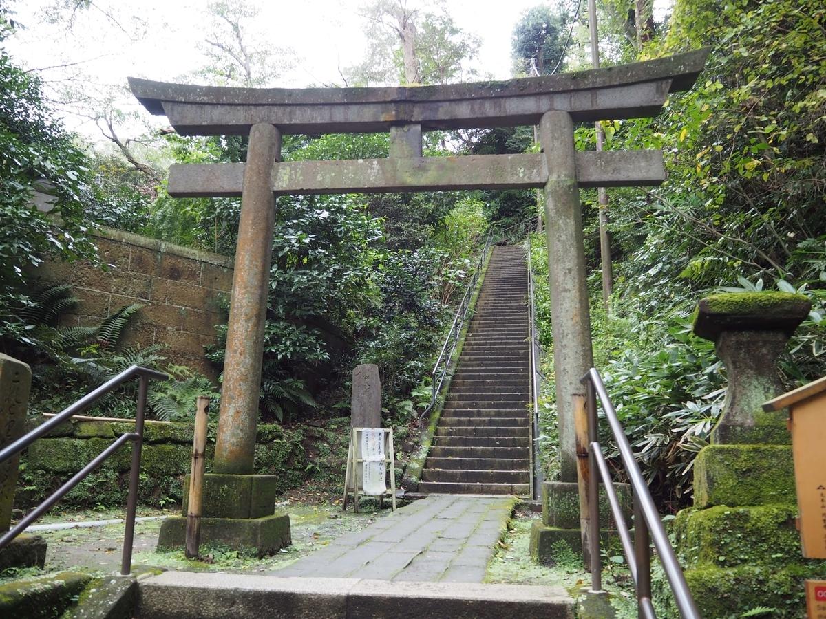 国宝の「洪鐘」へ向かう道。鳥居と長い石段がある。
