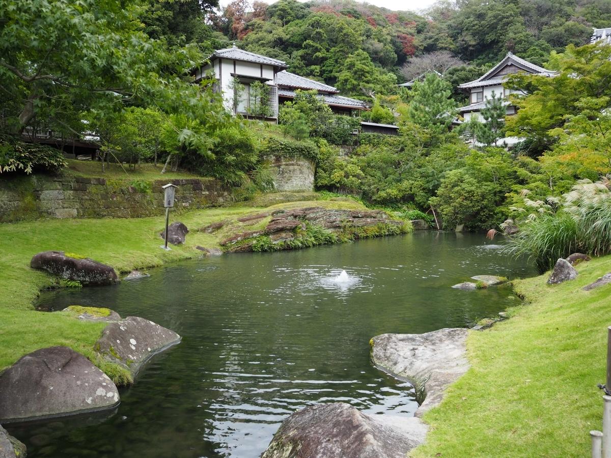 天然の岩をくりぬいてつくった妙香池の美しい姿。