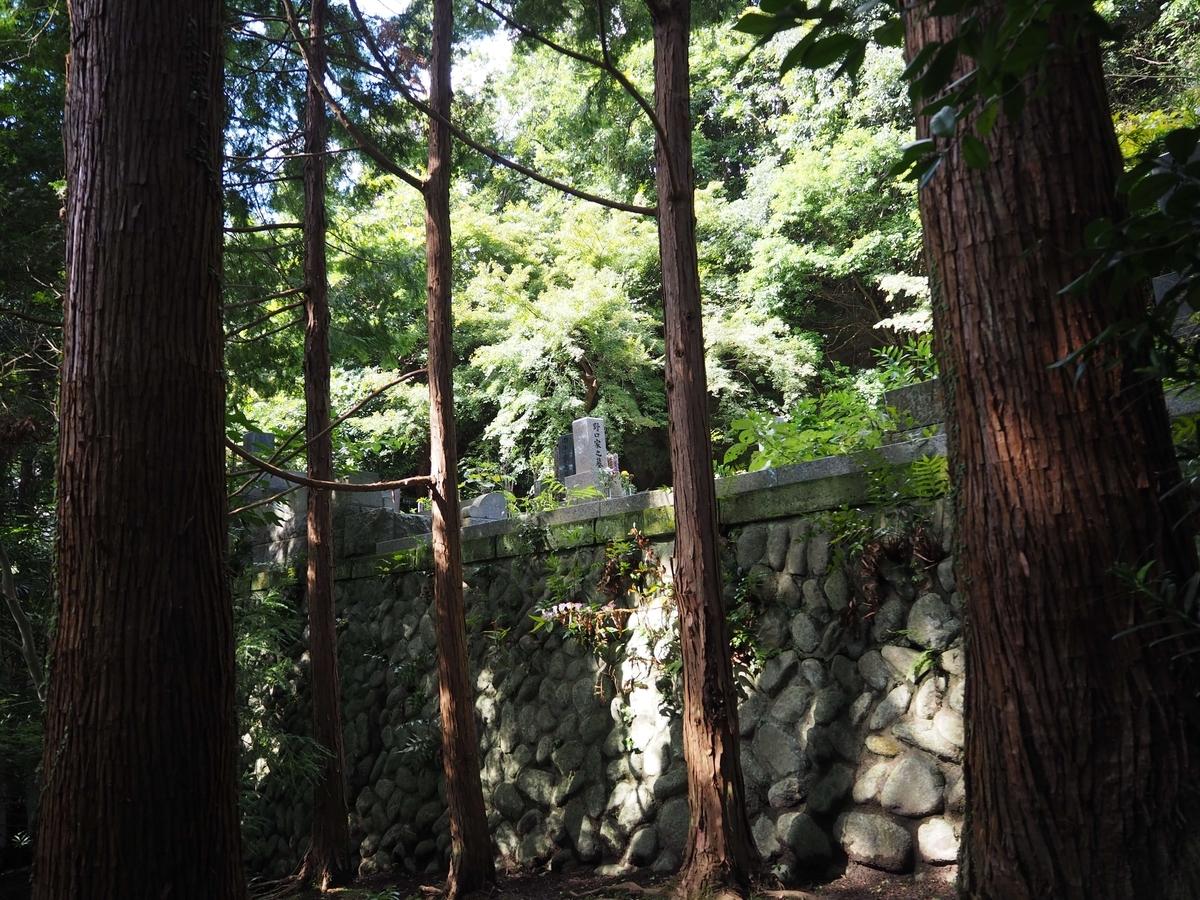 建長寺の良好な環境の中にある墓地