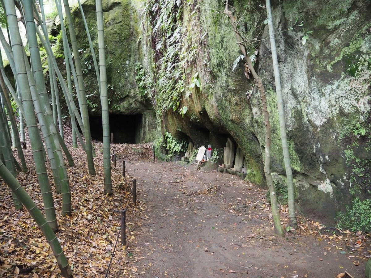 崖に彫られたいくつもの横穴
