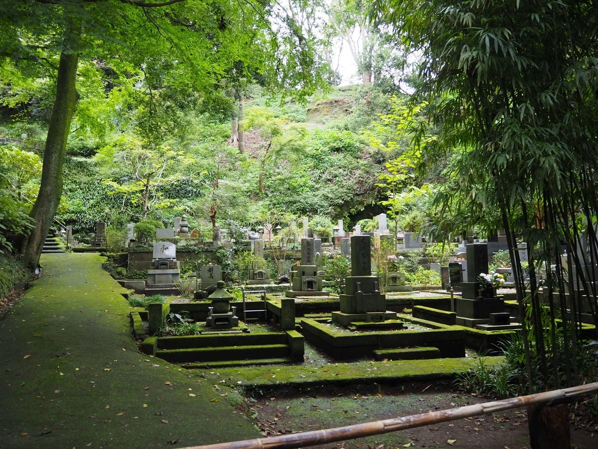 境内最奥の森の中に広がる墓地