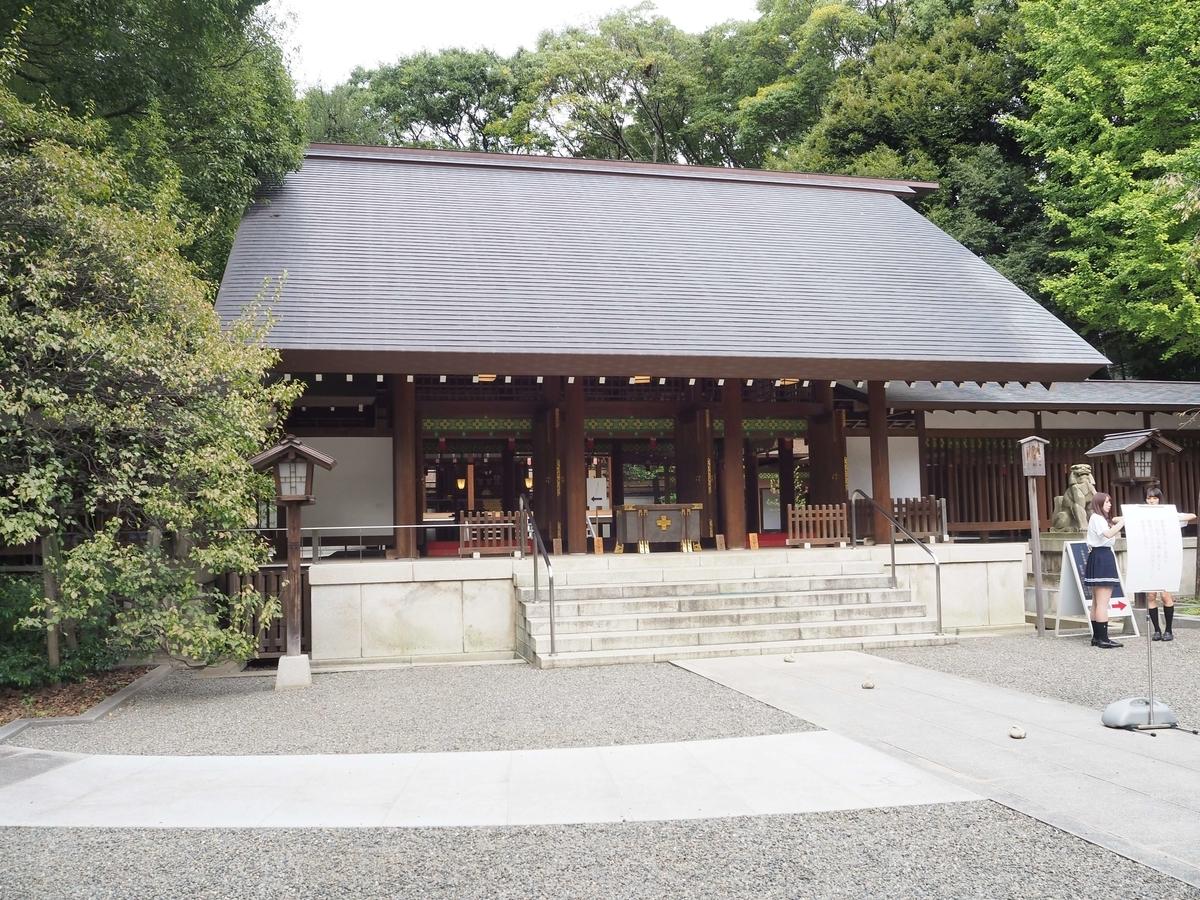 女の子3人組が記念写真を撮っていた乃木神社の拝殿