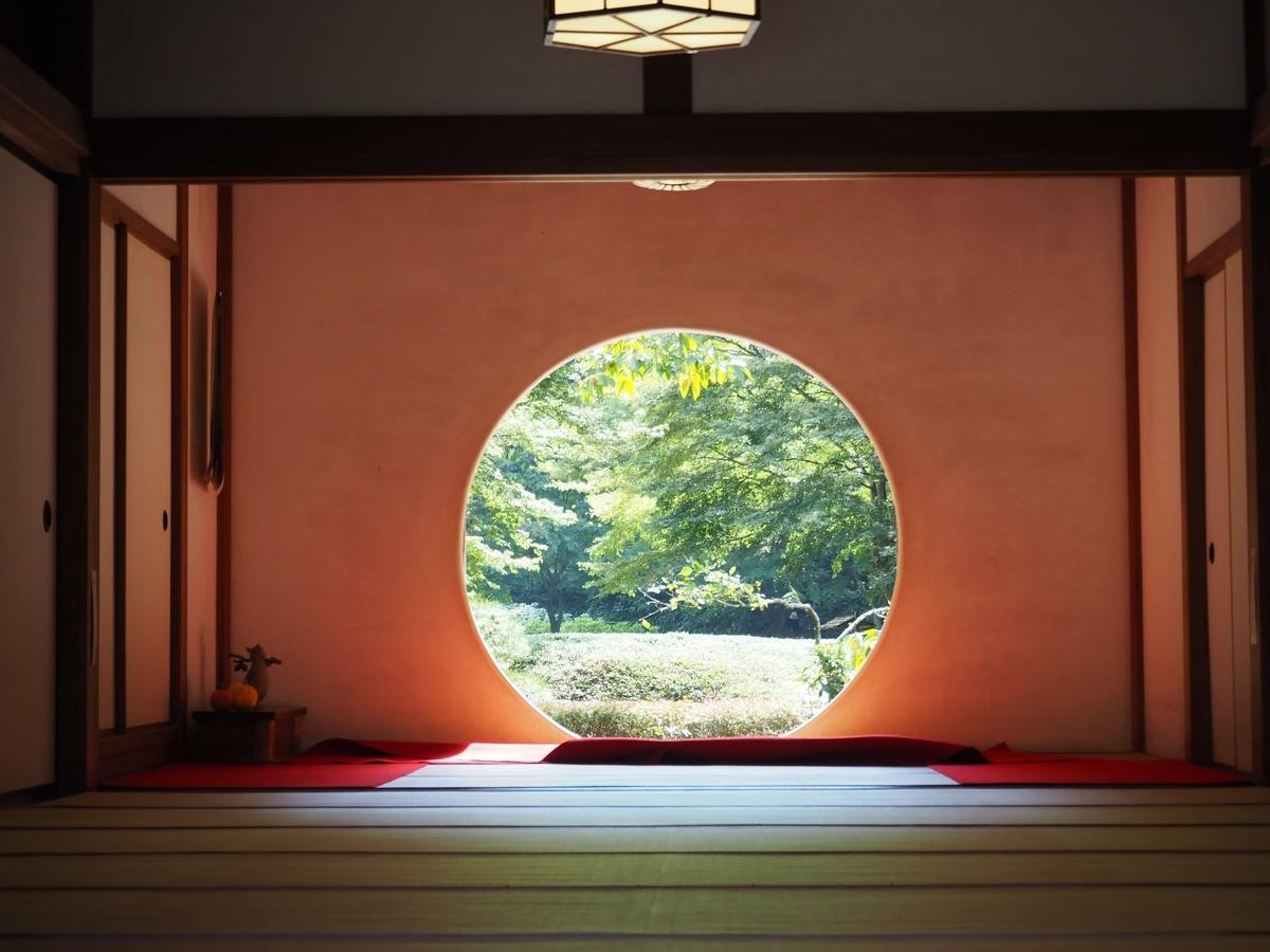 「悟りの窓」と呼ばれる本堂内の丸窓