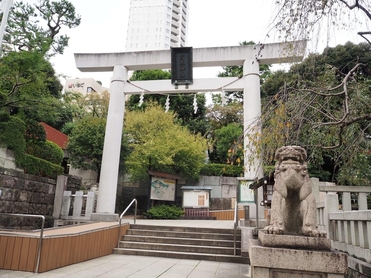 乃木神社の一の鳥居。車いすにも対応したバリアフリー構造