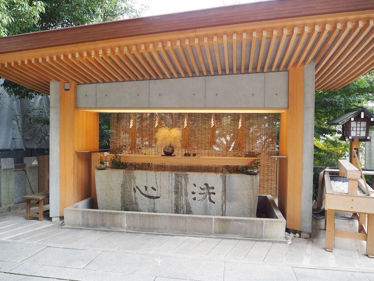改修により近代的・衛生的な構造になった手水舎