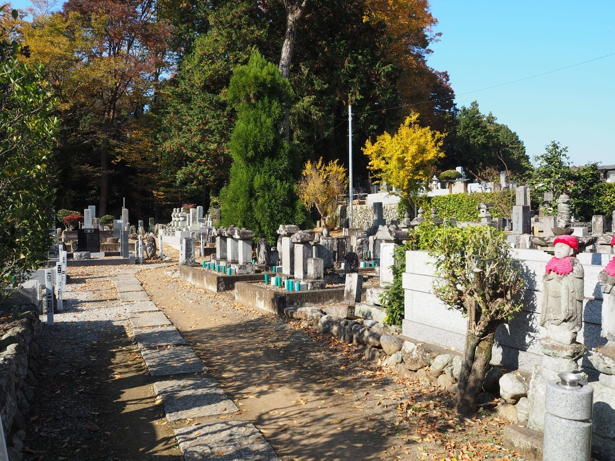 観音寺の墓地