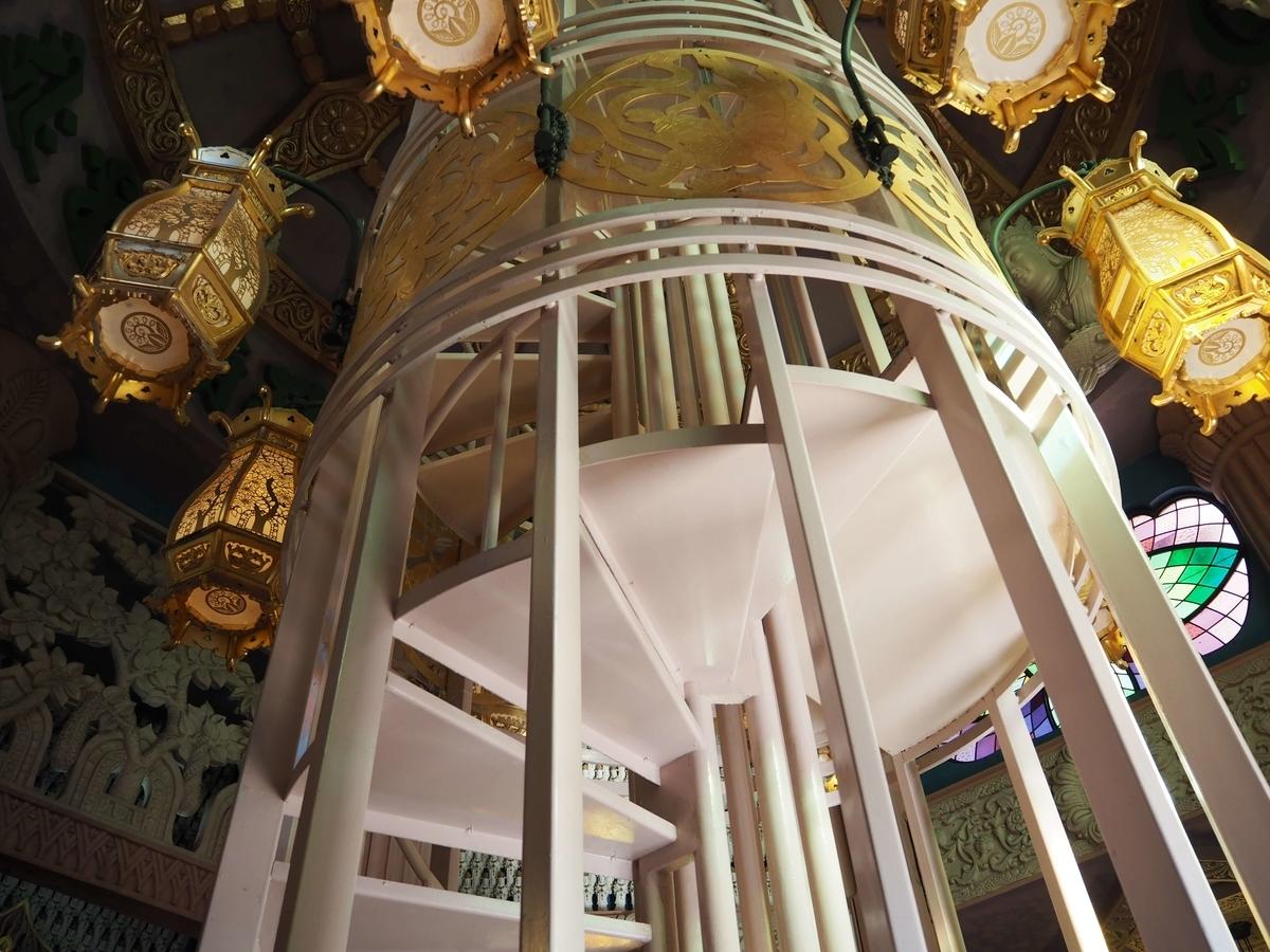堂内中央の螺旋階段
