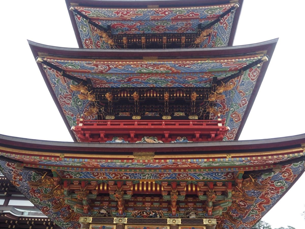絢爛豪華な三重塔の装飾