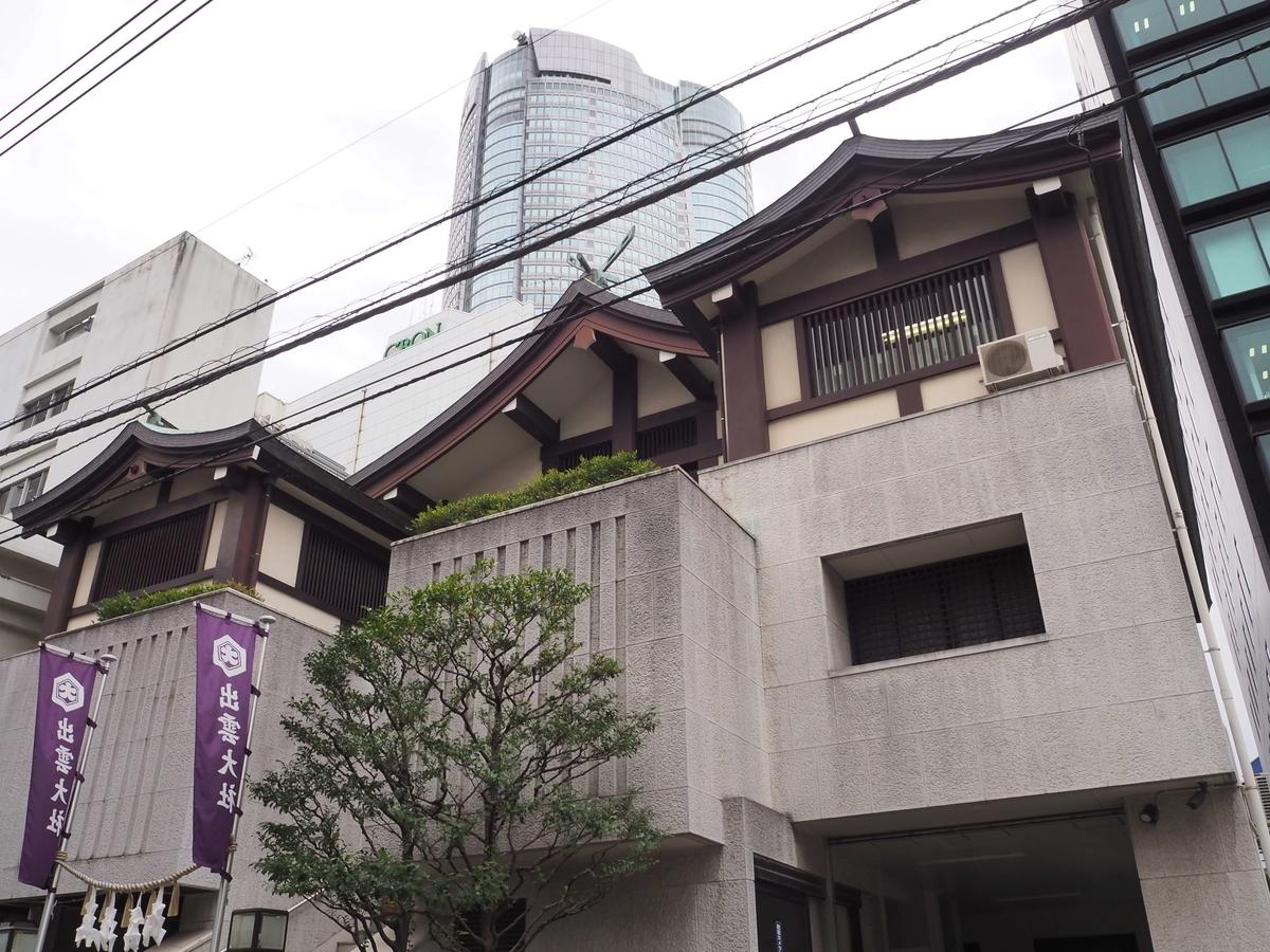 出雲大社東京分詞の社殿と背後に見える六本木ヒルズ