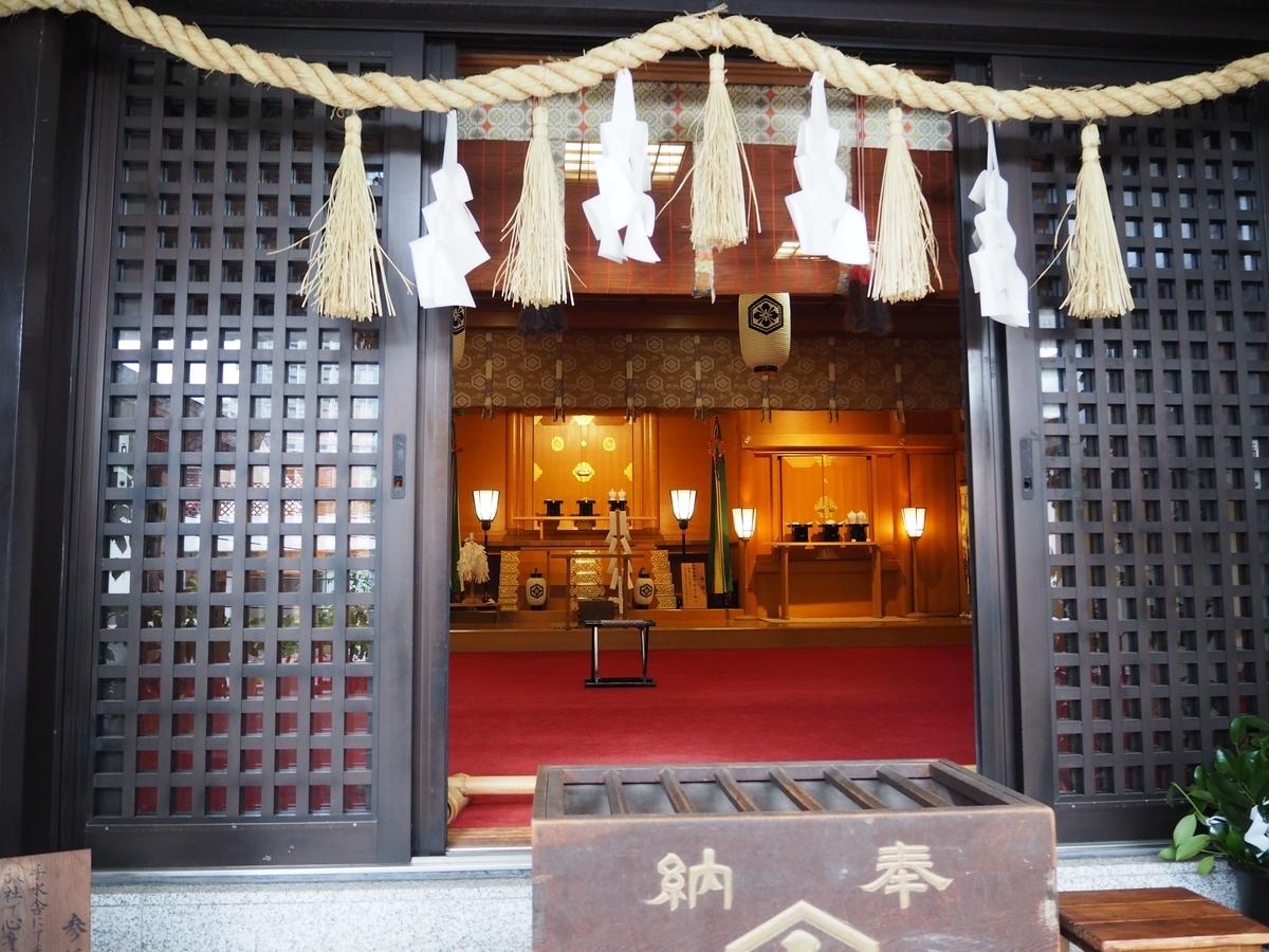 拝殿内にある出雲大社東京分詞の神殿
