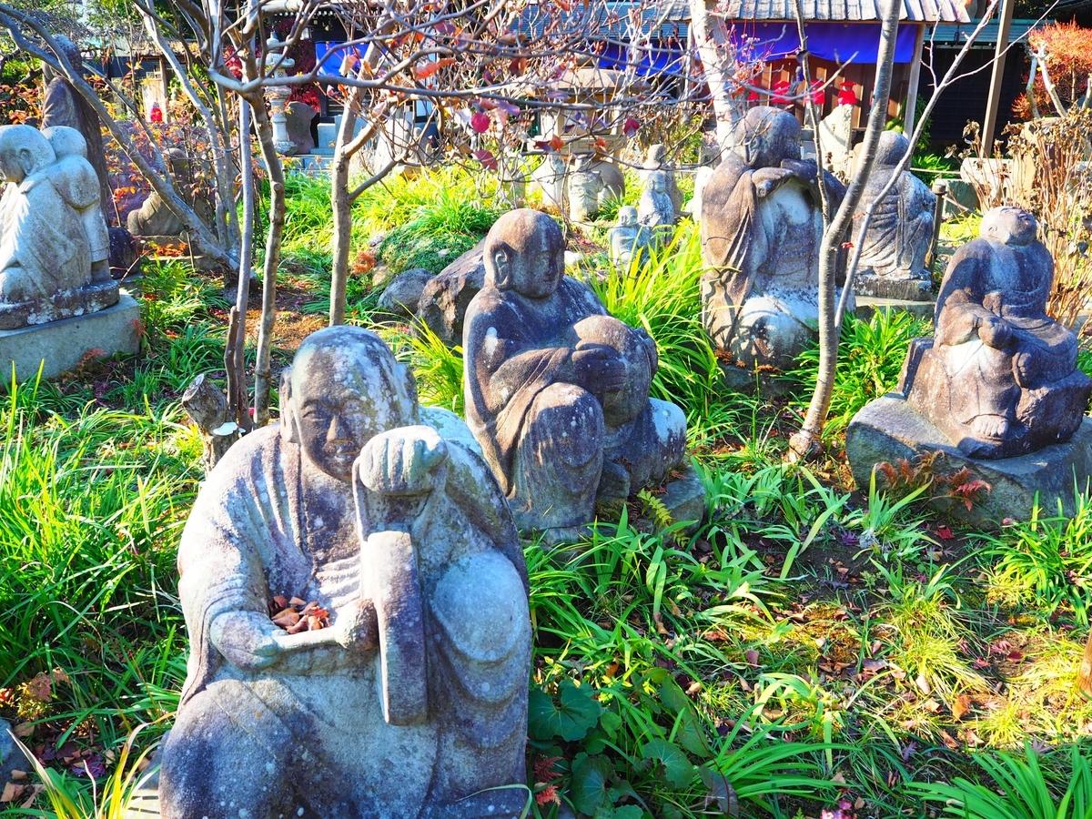 常泉寺境内の無数の羅漢像