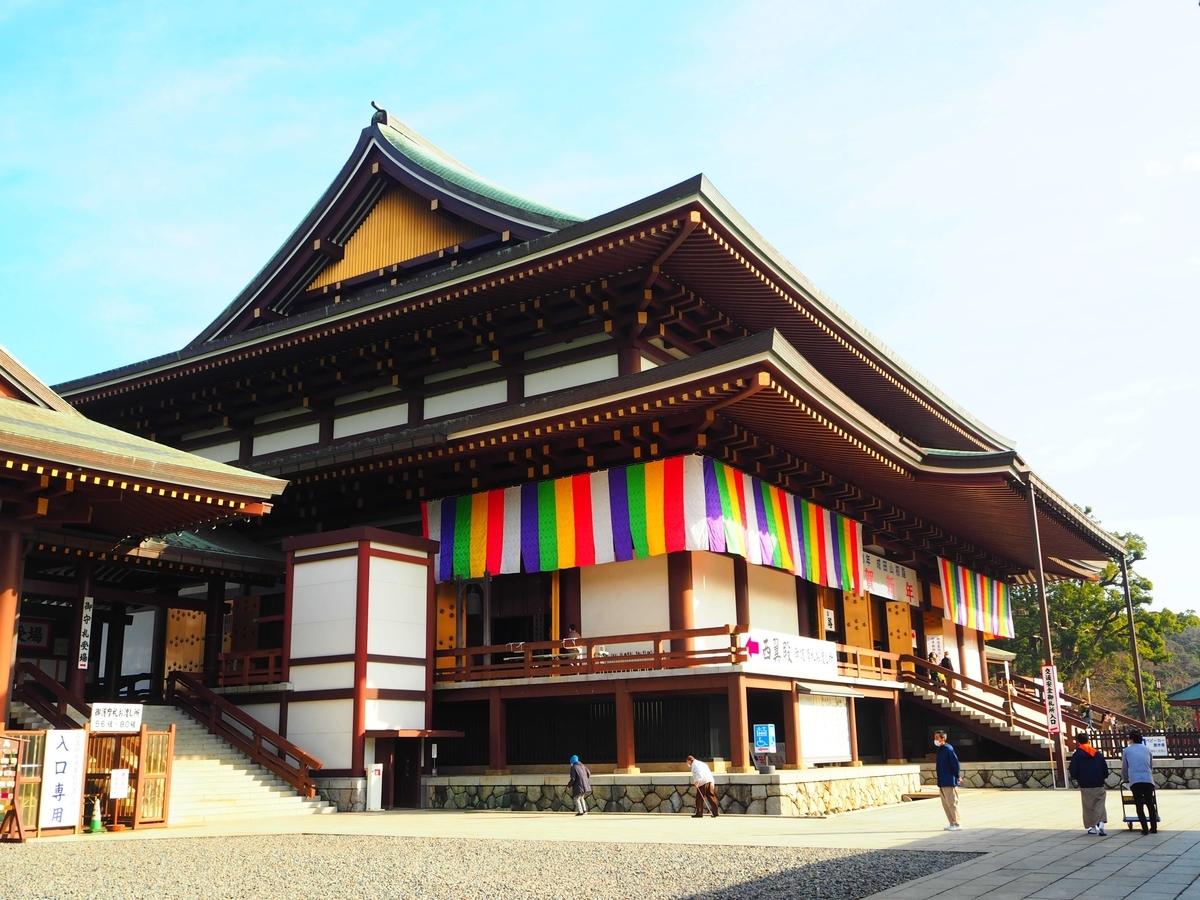 斜め前から見た成田山新勝寺の大本堂