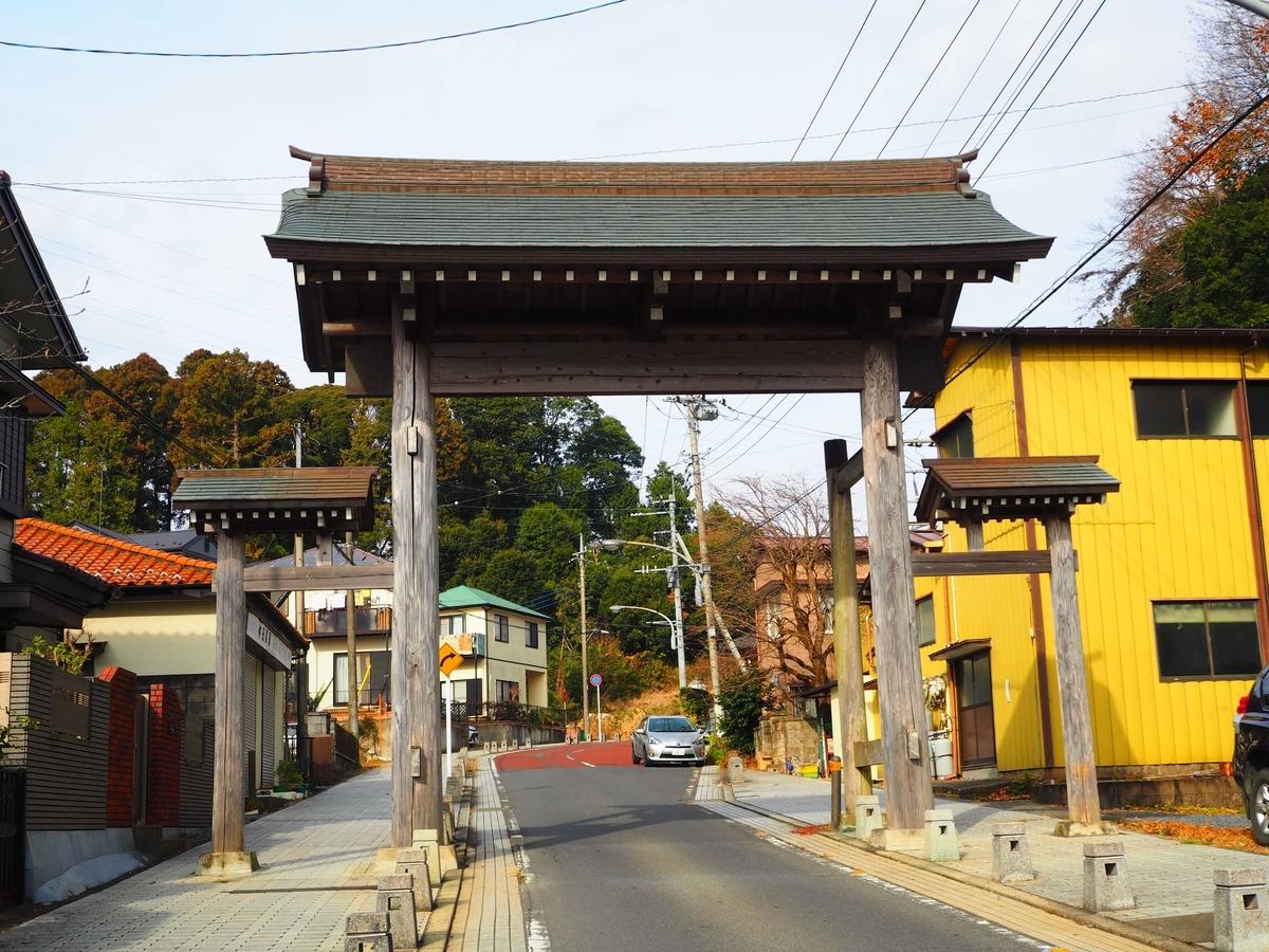京成線の車内から見える門