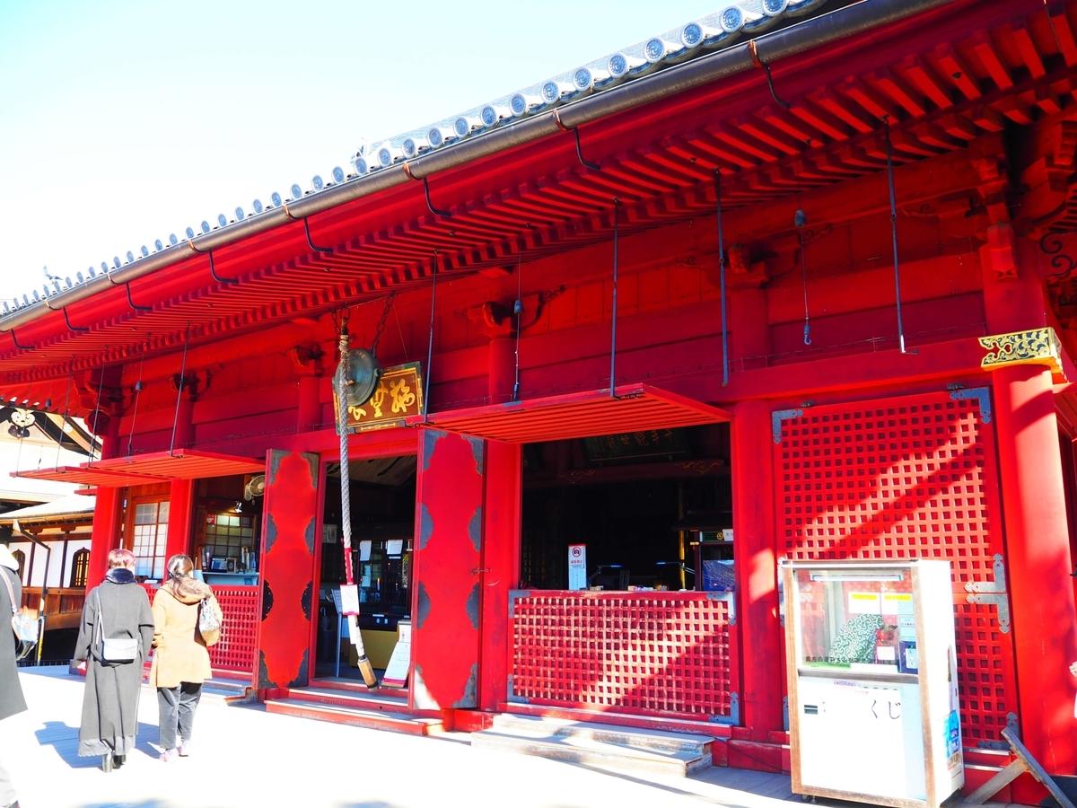 赤い色が印象的な本堂