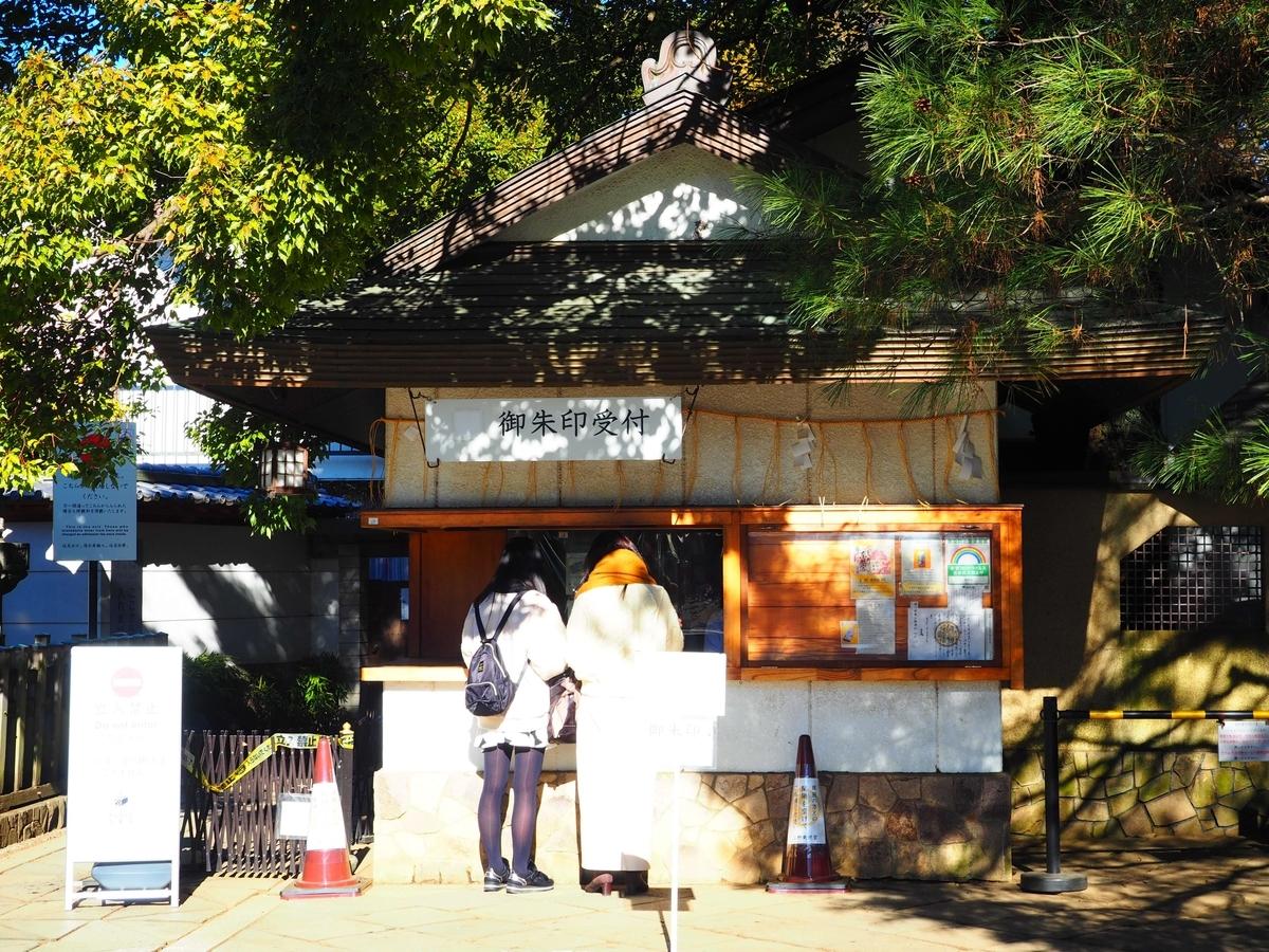 順番待ちが2人いる上野東照宮の御朱印所