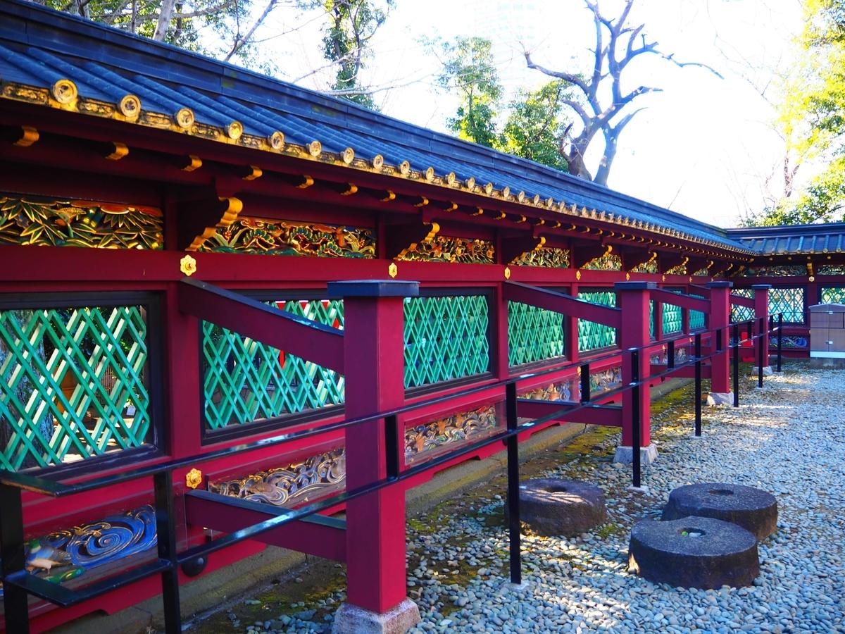 上段には野山の動物と植物、下段には海川の動物が表現されている重要文化財の透塀