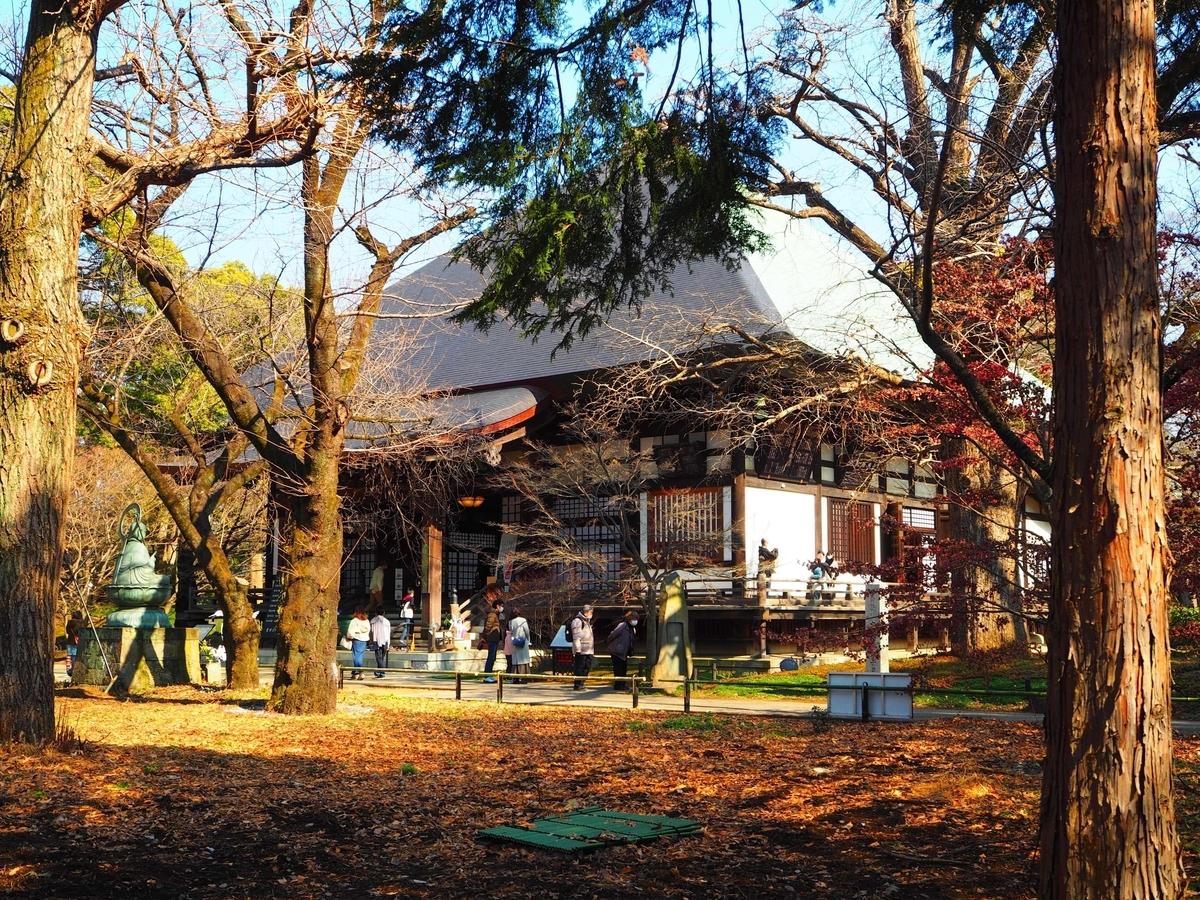 西方を向く九品仏浄真寺の本堂