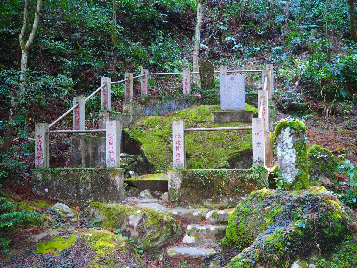 三門から瑠璃門に向かう途中にある座禅石