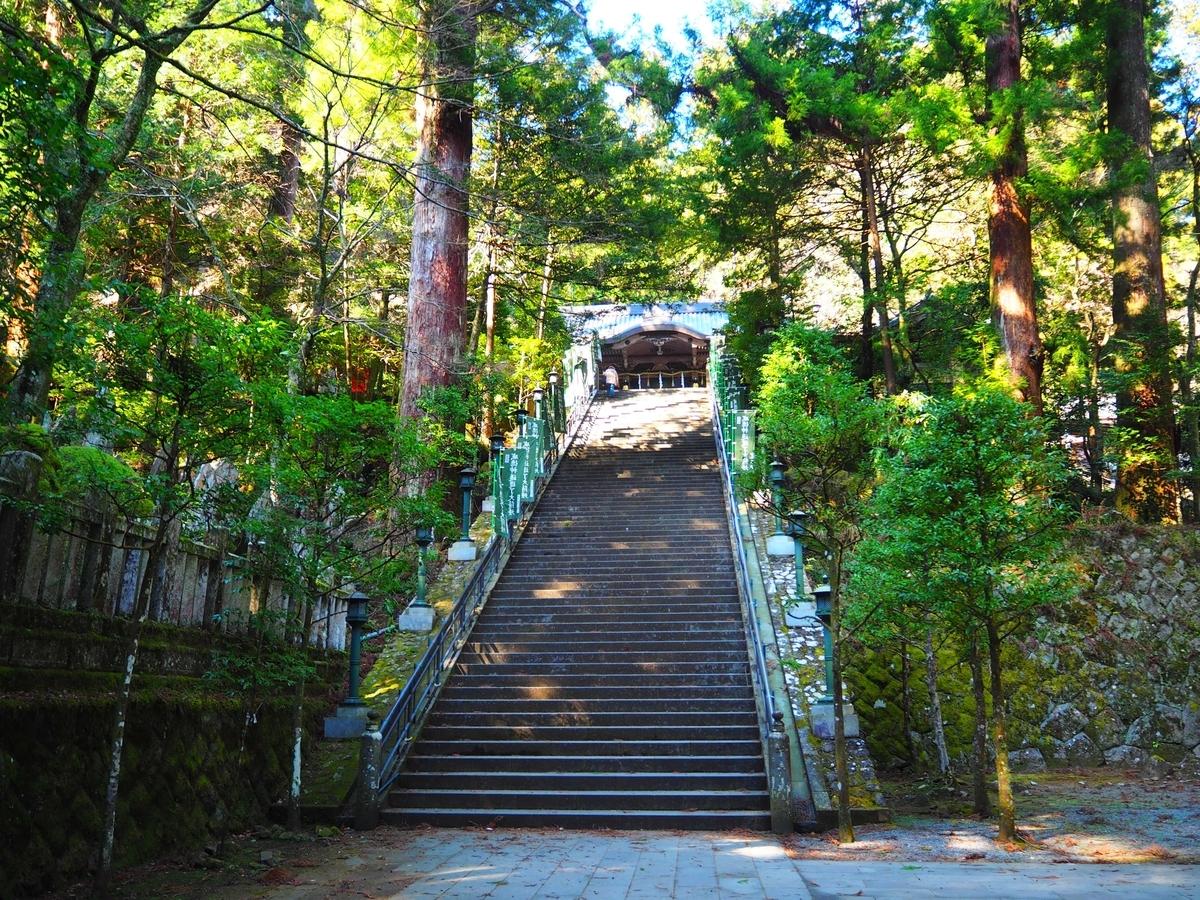 結界門からの77段の石段