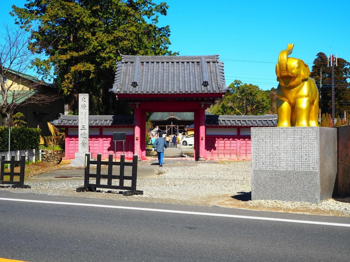 長福寿寺の山門と金色に輝く吉ゾウくん
