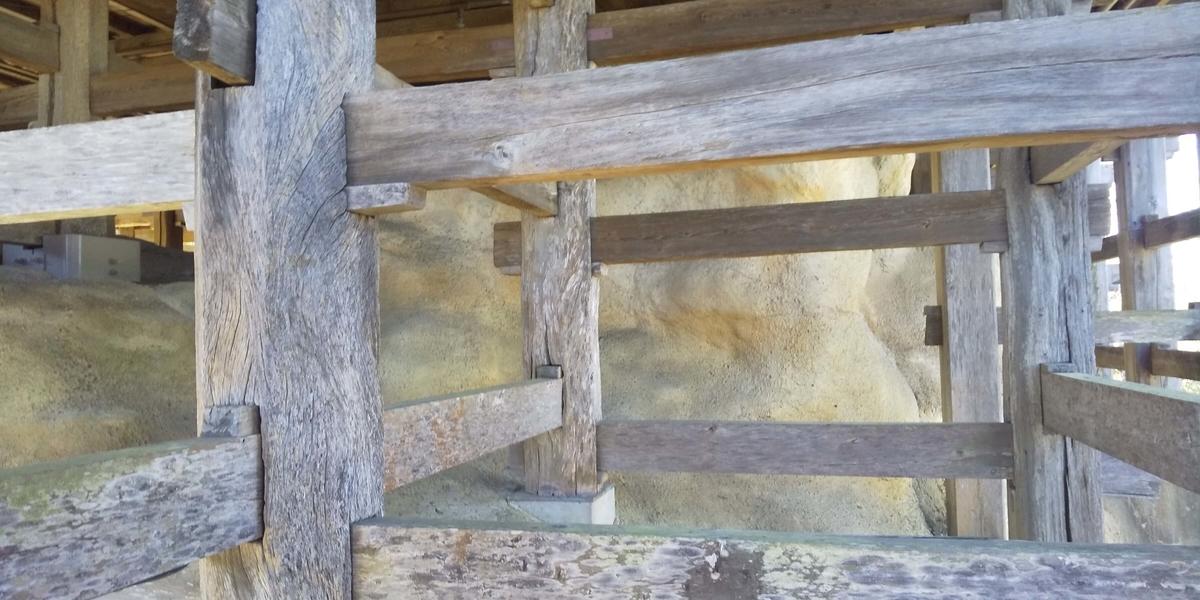 コンクリートで固めた岩山の表面の立てた柱