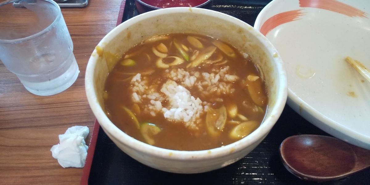 半ライスが投入されたカレーうどんのスープ