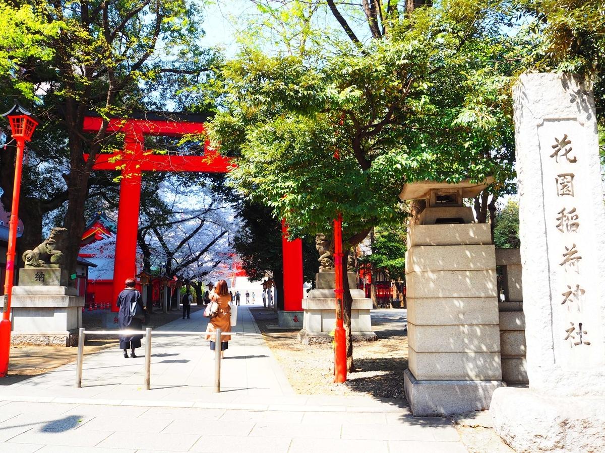 明治通りに面した花園神社の大鳥居