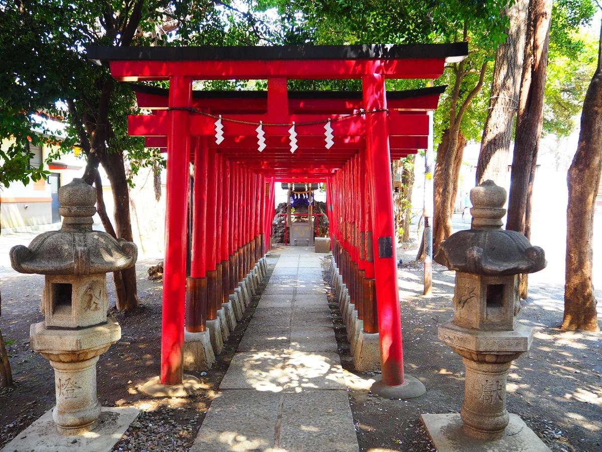 千本鳥居の奥に建つ威徳稲荷神社