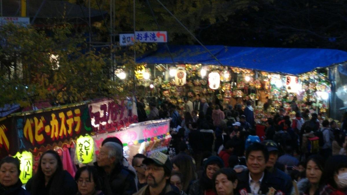 花園神社の境内に並ぶ縁起熊手を売る露店