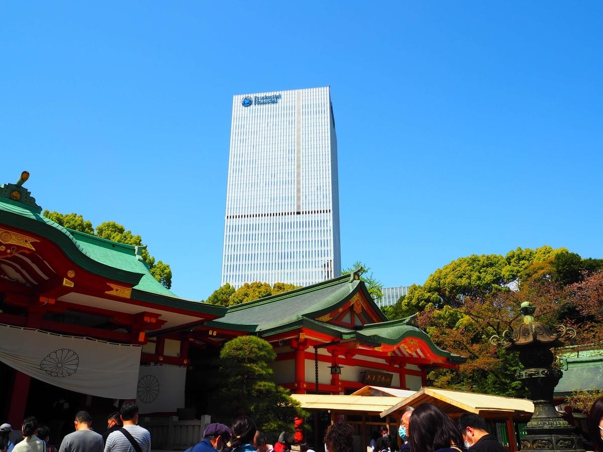 日枝神社の社殿の背後に見える高層ビル