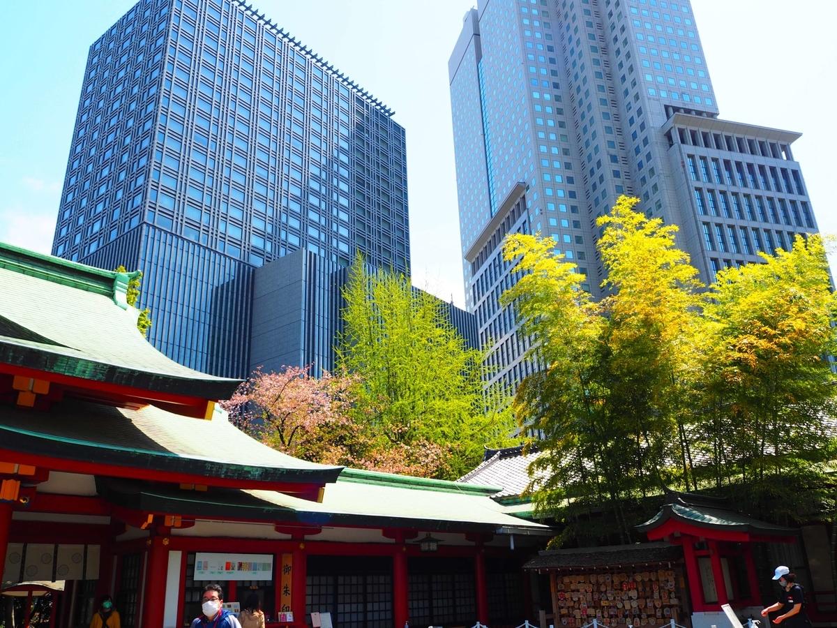 日枝神社の御朱印所の背後に見える2棟の高層ビル
