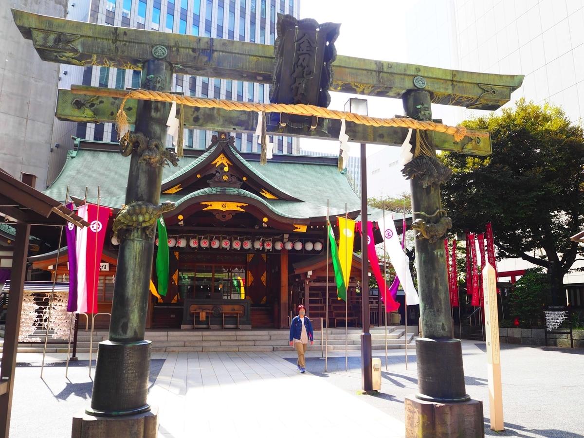 青龍(東)・白虎(西)・朱雀(南)・玄武(北)の四神の彫刻が施されている銅鳥居