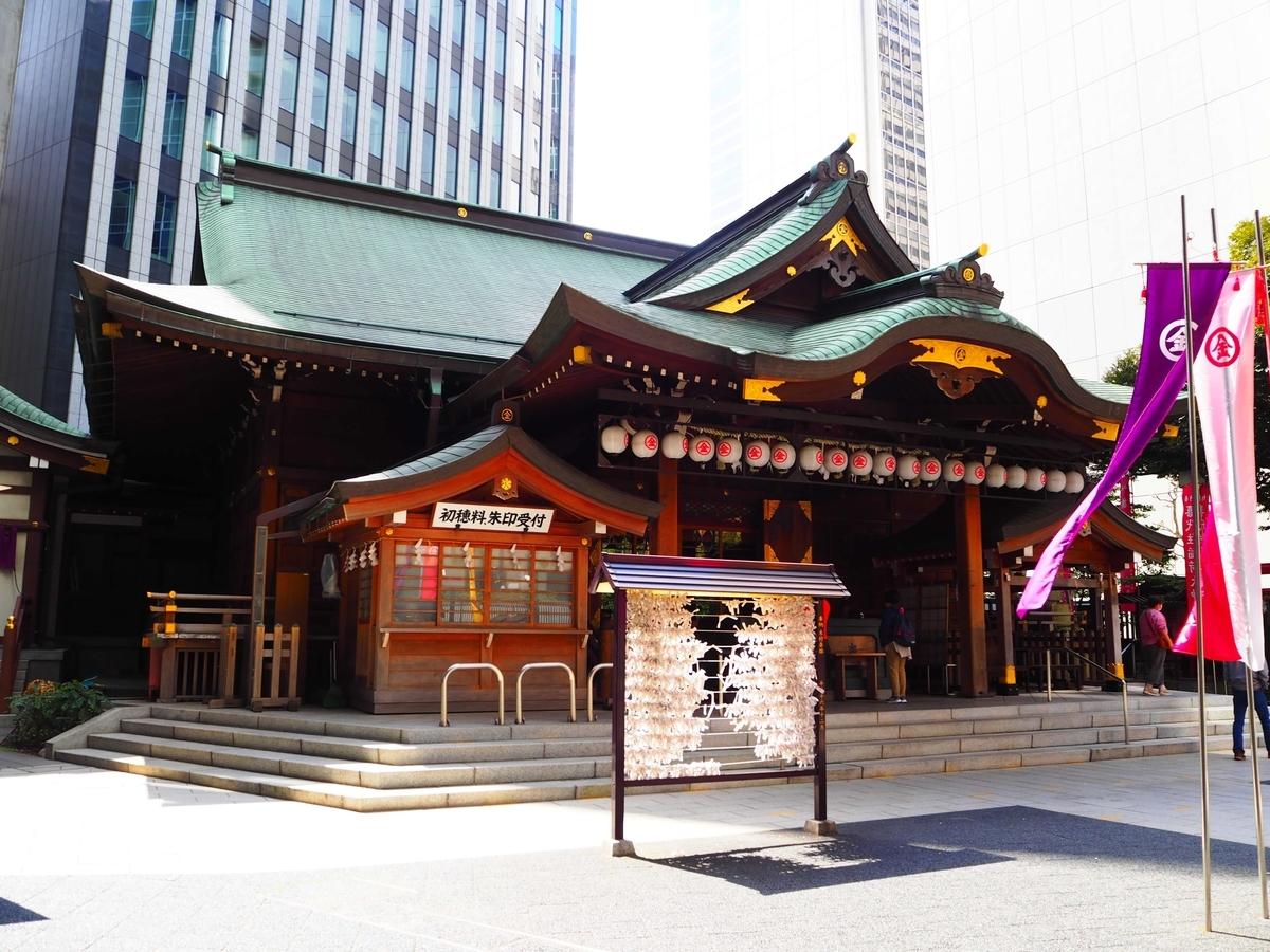 総尾州檜造り、銅板葺きの権現造りの社殿