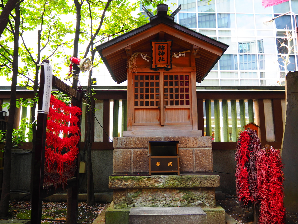 社殿向かって右側の結神社
