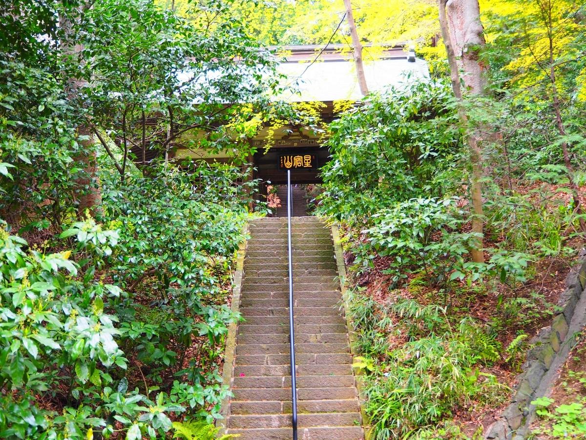 参道の先にある階段の上に見えてきた仁王門