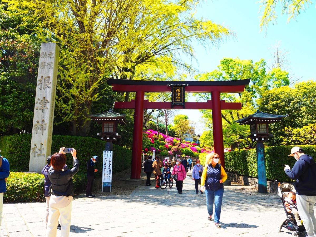 根津神社の表参道の大鳥居と社号標