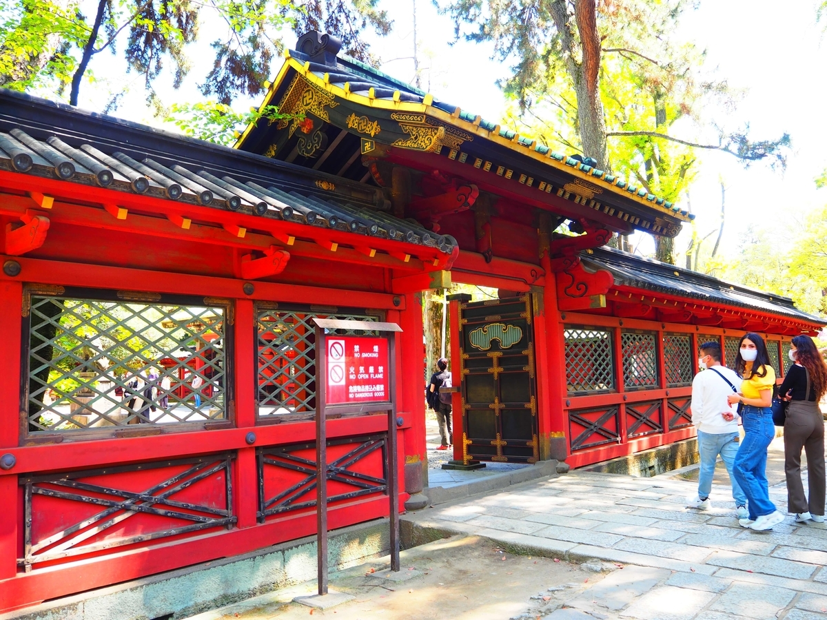 重要文化財である根津神社の西門と透塀